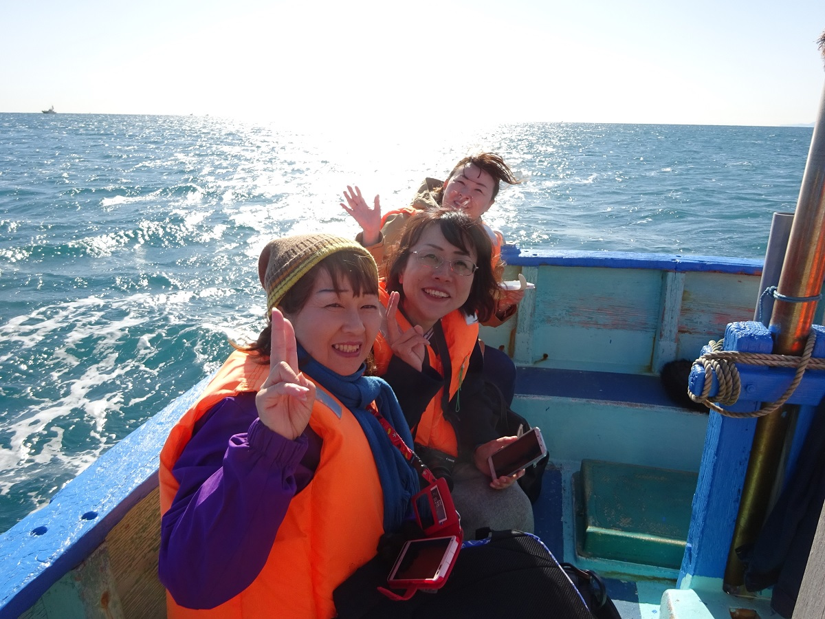 Enjoy a warm and calm cruise around Sagami Bay and Eboshi Rock